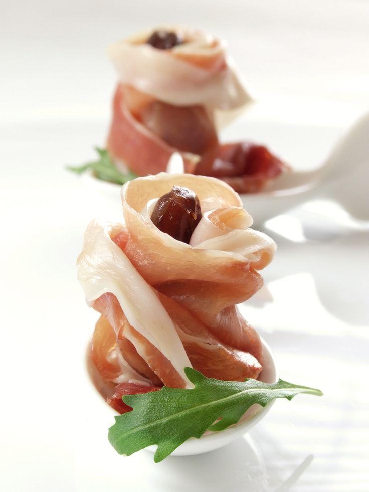 Deliciosos rollitos de jamon serrano rellenos de una ensalada de arúgula.  También conocido como sushi de jamon serrano y arúgula.