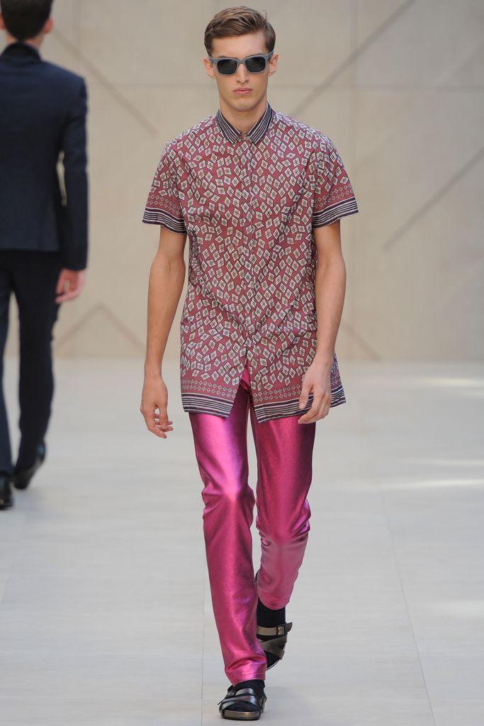 Die metallic Lederhosen von Burberry Prorsum... kommen uns weder in die Tüte noch in den Wohnung. Findet jedenfalls unser Autor Marc Specowius.  http://www.styleproofed.com/2013/01/30/metallicjeans-von-burberry-prorsum-kommt-uns-nicht-in-die-tute/