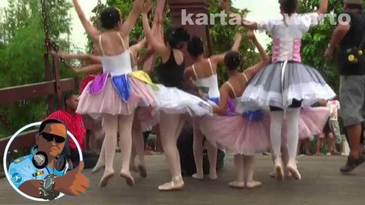 Tepuk Tangan - Lilis Suryani (Kotatua 2010)  Mari semua tepuk tangan Goyang kaki dan kepala Jangan mau ketinggalan Mari nyanyi dan bergaya
