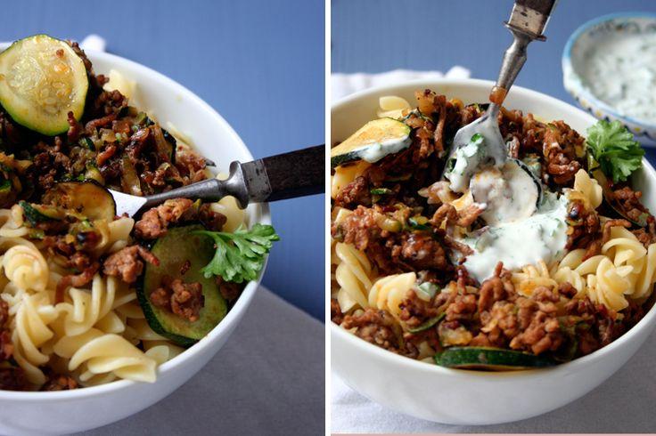 Ganz ehrlich, ich habe beim Fotografieren schon lange nicht mehr so viel genascht wie gestern. Die Türkischen Pasta mit Hackfleisch und Joghurt-Saucesind nämlich so köstlich, dass ich beim ersten Kosten fast aus den Latschen gekippt bin. Knusprig gebratenes Hackfleisch und geraspelte Zucchini vereinen sich mit kühler Joghurt-Sauce zumsommerlichen Nudelglück. Manchmal entdeckt man in den weiten...Read More »
