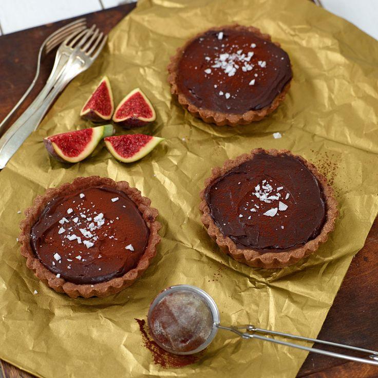 Urgoda små pajer med chokladkräm, kolasås och havssalt.