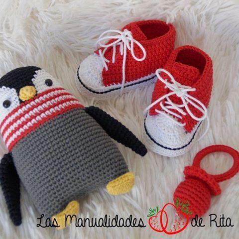 Conjunto de bienvenida a #ganchillo personalizado. Incluye #patucos tipo #converse y #sonajero (tanto el #chupete como el #pinguino)  #LasManualidadesDeRita #amigurumi #ganchillo #crochet #amigurumianimal #amigurumitoy #crochetanimal #crochettoy #manualidades #handmade #handmadewithlove #hechoamano #diy #muñeco #toy #sonajero #rattle #babygift #patucos #converse #allStar #zapatillas #babybootees #bebe #baby #patucosConverse #crochetConverse #babyConverse