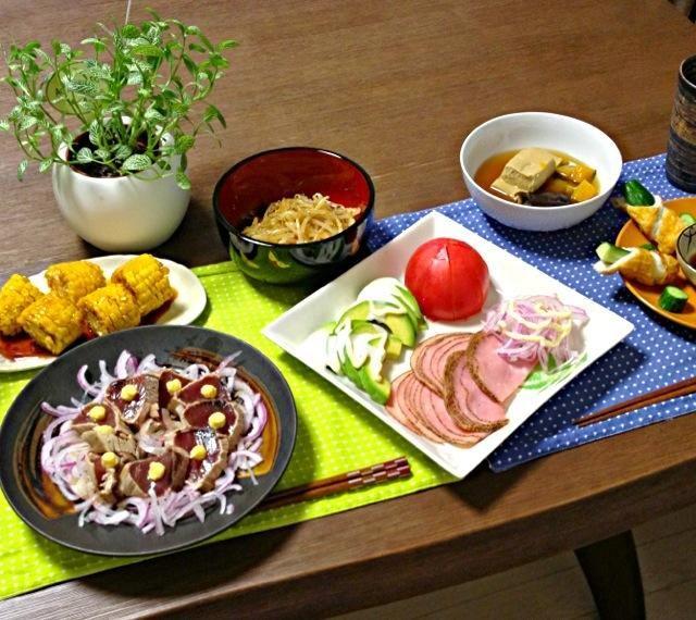 鰹のタタキ、生姜をたっぷりのせて召し上がれ〜! (^ ^) - 14件のもぐもぐ - ブラックペッパーハムと野菜盛り、鰹のたたき、とうもろこしのタレ焼、もやしのナムル、高野豆腐の椎茸煮、竹輪きゅうり、ビール by pentarou