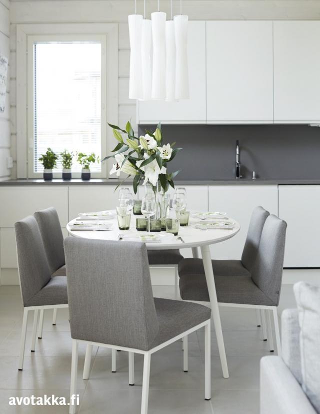 harmaa taso valkoisessa keittiössä--harmaa lattia...