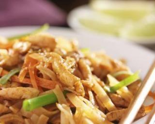 Nouilles thaïes au poulet : http://www.fourchette-et-bikini.fr/recettes/recettes-minceur/nouilles-thaies-au-poulet.html