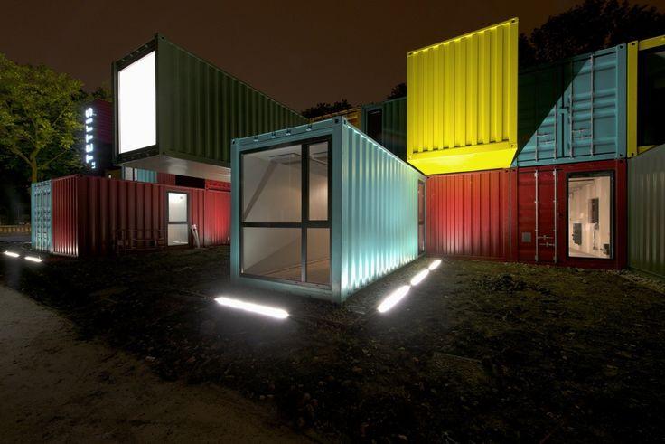 Le Tetris : une salle de spectacle multicolore composée de conteneurs