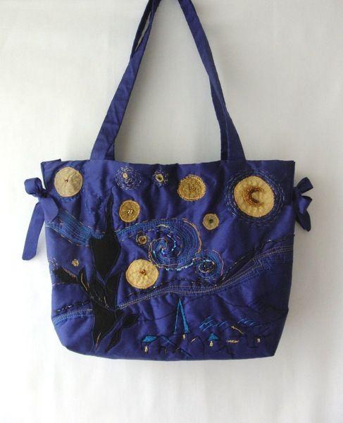*Diese besondere Tasche wurde inspiriert von Vincent van Goghs Sternennacht.  Ich habe sie für die erste Aktion Kunstraub entworfen, vorgezeichnet...