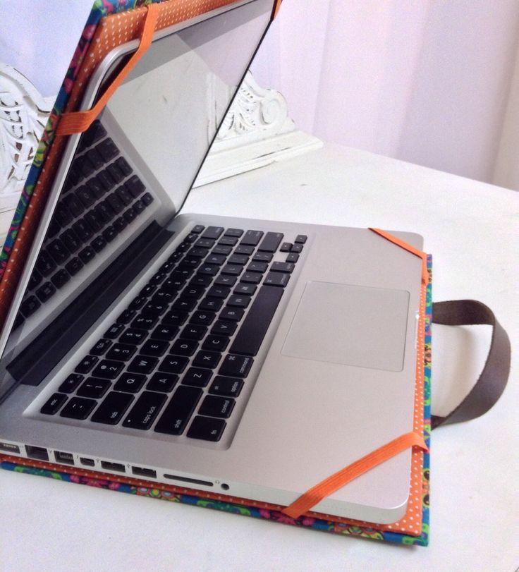 Uma linda capa para proteger e transporta seu notebook com segurança. Capa rígida, forrada em tecido 100% algodão, alças em couro para facilitar o transporte. Feito sob medida.
