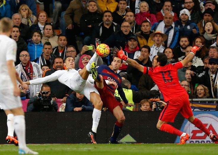 Cristiano Ronaldo pelea por el balón con Sergio Busquets.  DANIEL OCHOA DE OLZA (AP)