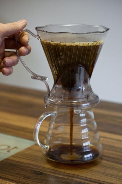 Filter nat maken met heet water.  Doe de grof gemalen koffie in de Clever. Gebruik ca. 7-9 gram per 100ml.  Giet langzaam het water, ca. 90˚ (na 30 sec```0 Celcius, op de koffie, ca. 275 – 300 ml.  Giet eerst 50-60 ml water op en laat dit 30 sec. voorwellen en giet daarna langzaam de rest van het water op de koffie.  Na ca. 2 minuten getrokken, roer even kort om alle koffie weer vochtig te maken.  Na ca. 3-4 minuten plaats je m op je mok en laat je hem doorlopen.   http://vimeo.com/21432374