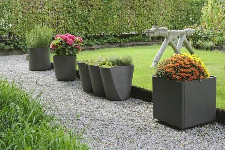 Moderne Metall Pflanzkübel als Deko für den Gartenweg