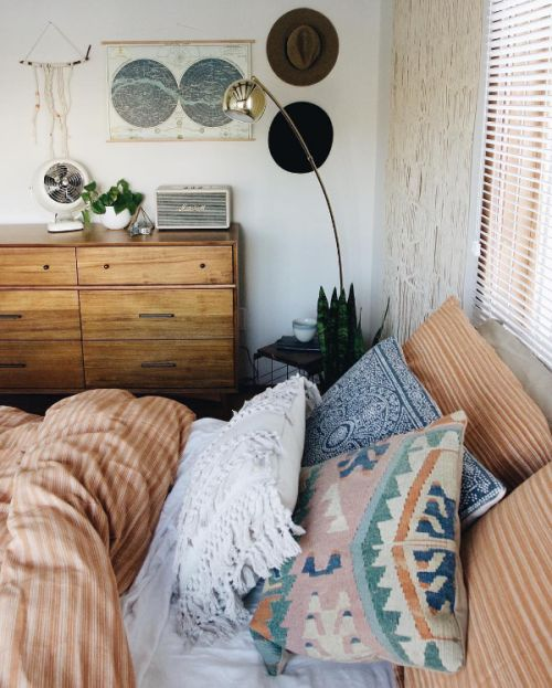 The perfect, cozy boho bedroom set up. So many textures and patterns - I want to dive in!