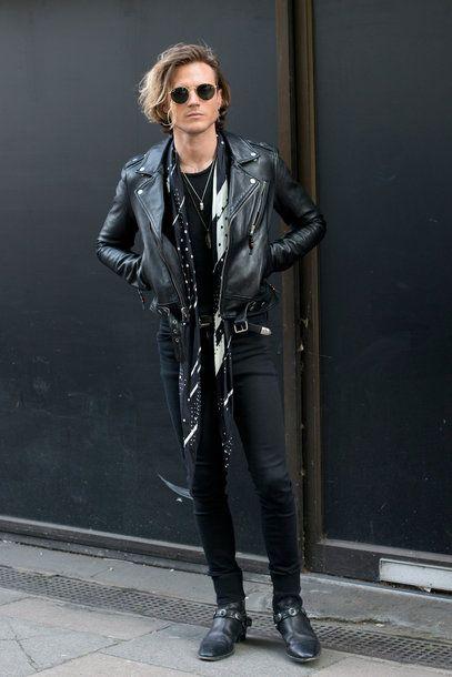 Dougie Poynter, Bassist der britischen Band McFly, trägt während der Men Fashion Week in London Ray Ban Sonnenbrille und Boots von Saint Laurent