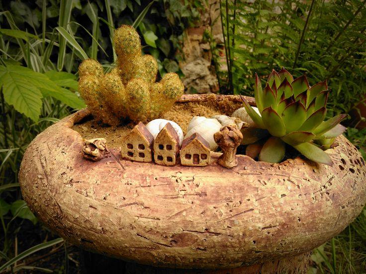 Minizahrádka+-+U+nás+na+vsi+II.+minizahrádka+pro+váš+stůl+,dům+i+zahradu.+Možno+použít+venku+i+uvnitř,+pro+suchou+i+čerstvou+květinovou+výzdobu.Vyrobeno+z+šamotky,+páleno+na+1220+st.+zatřeno+oxidem+železa,+přírodní+vzhled.+Možno+dokoupit+i+aromalampu+v+podobném+stylu.+velikost+29/24/11+cm