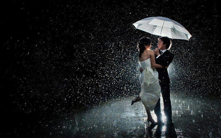 Es muy usual que en occidente las parejas dibujen un corazón atravesado por una flecha ya sea en arboles paredes postes etc. En Japón las parejas hacen exactamente lo mismo. La única diferencia es que en vez de un corazón ellos dibujan un paraguas.  En Japón compartir un paraguas con alguien especial es un típico acto de romanticismo. Hoy en día es un cliché de los doramas el anime y muchas películas románticas de Japón. Esto surgió en la era Edo cuando a las mujeres japonesas no les…
