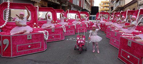 Las calles de Torrevieja se impregnaron el pasado domingo de la alegría del Carnaval con el desfile-concurso, en que 26 comparsas llevaron a cabo un despliegue de imaginación, fantasía y buen humor del que contagiaron a los miles de personas que acudieron a ver el desfile. Las comparsas «Aquí hay