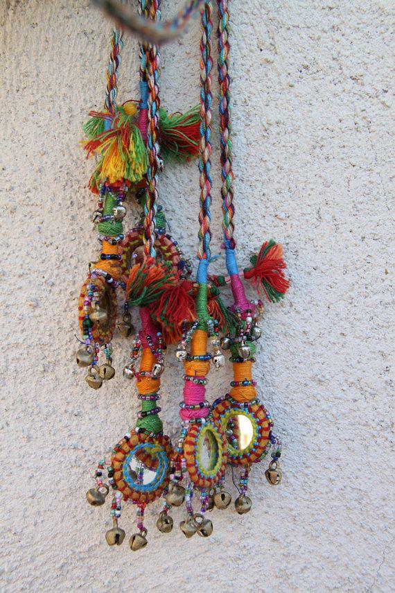 Botín Camel (pequeño) / varios colores espejados, campanas Camel pompones, borlas, decoración artículos de decoración /Boho, diseño de moda gitana, / larga todo en la vida se pone mejor con pompones, campanas y fringe. En cuanto a mí, de todos modos. Estos ricos adornos reflejados y belled multicoloras se utilizan como decoraciones de camello en Rajasthan, India. Si tienes un camello, ella merece ser decked hacia fuera demasiado! Y si no tienes un camello, hay incontables otros usos…
