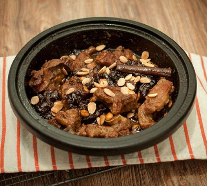 Tajine met lamsvlees, pruimen en kaneel; een heerlijke stoofpot. Na een korte voorbereiding is het enige wat je moet doen afwachten. Lekker met couscous.