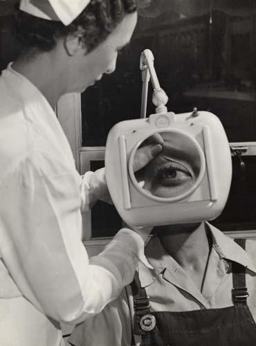 Aparato com lente de aumento para exame ocular. West Springfield, 1944 © Esther Bubley