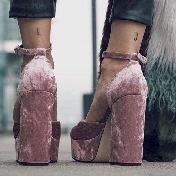 Sapatos: tumblr, sandálias rosa bebê, veludo, sapatos de veludo, sandálias de veludo, salto grossa, calcanhares bloco, tornozelo calcanhares, saltos plataforma, pinkvelevt, pinkvelvetshoes, rosa sapatos - Wheretoget