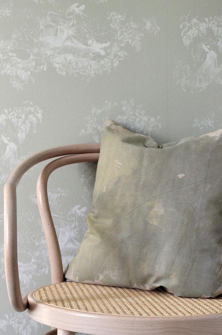 Dekorativ pute i bomull som er trykt og vevd for hånd. Det vakre trykket i skiftende farger er et rent håndverk og hver pute er unik. Inklusive velfylt innerpute av andefjær. Alle Mimous innerputer er Øko-Tex® sertifiserte, har bomullstrekk, og fylles med andefjær blandet med ca. 10% andedun. Håndvevd og håndtrykt 100% bomull. Innerpute: Bomullstrekk fylt med andefjær, Øko-tex-sertifisert. Vedlikehold: 30° skånsom maskinvask eller forsiktig håndvask i kaldt vann. Størrelse 50x50 cm.