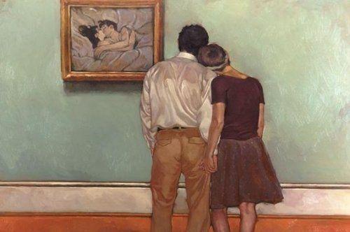 coppia che guarda un quadro di persone che si baciano