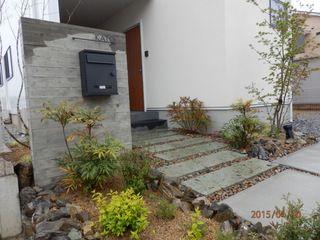 杉板浮造りコンクリート打ちっぱなしの門柱とアプローチ   ハイムホーム&ガーデン HEIM HOME&GARDEN