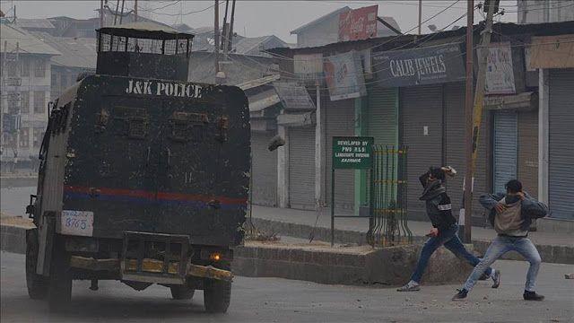 """Kemarahan Muslim Kashmir pada India  Para demonstran melempari pasukan keamanan dengan batu (25/11/2016. AA).  Ribuan warga di Jammu-Kashmir turun ke jalan pada Minggu (12/2) sebagai aksi protes terhadap kematian empat militan Kashmir dan satu warga sipil oleh pasukan India. Meski tiga tentara India juga tewas dalam insiden itu. Menurut saksi mata pasukan India menembaki para demonstran sipil. Satu orang tewas dan beberapa terluka. Polisi India membenarkan informasi kematian tersebut. """"…"""