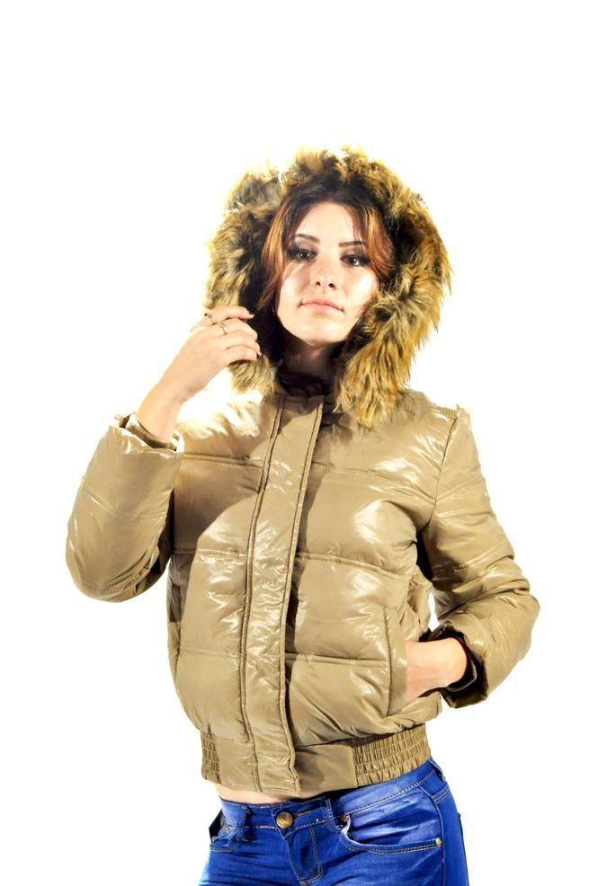 Geaca Dama Cream  -Geaca dama scurta, din fas, matlasata, ideala pentru sezonul rece.  -Gluga cu blana detasabila.  -Se inchide cu fermoar si capse, are buzunare laterale.     Lungime: 54cm  Latime Talie: 46cm  Compozitie: 100%Poliamid