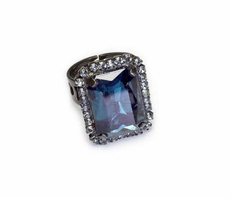 Pierścionek z Jablonexu, forma geometryczna, błyszczący duży kamień z błyszczącego szlifowanego kryształu, otoczony drobnymi kryształowymi oczkami oprawione w metal. Regulowana obrączka do założenia na dowolny rozmiar palca.