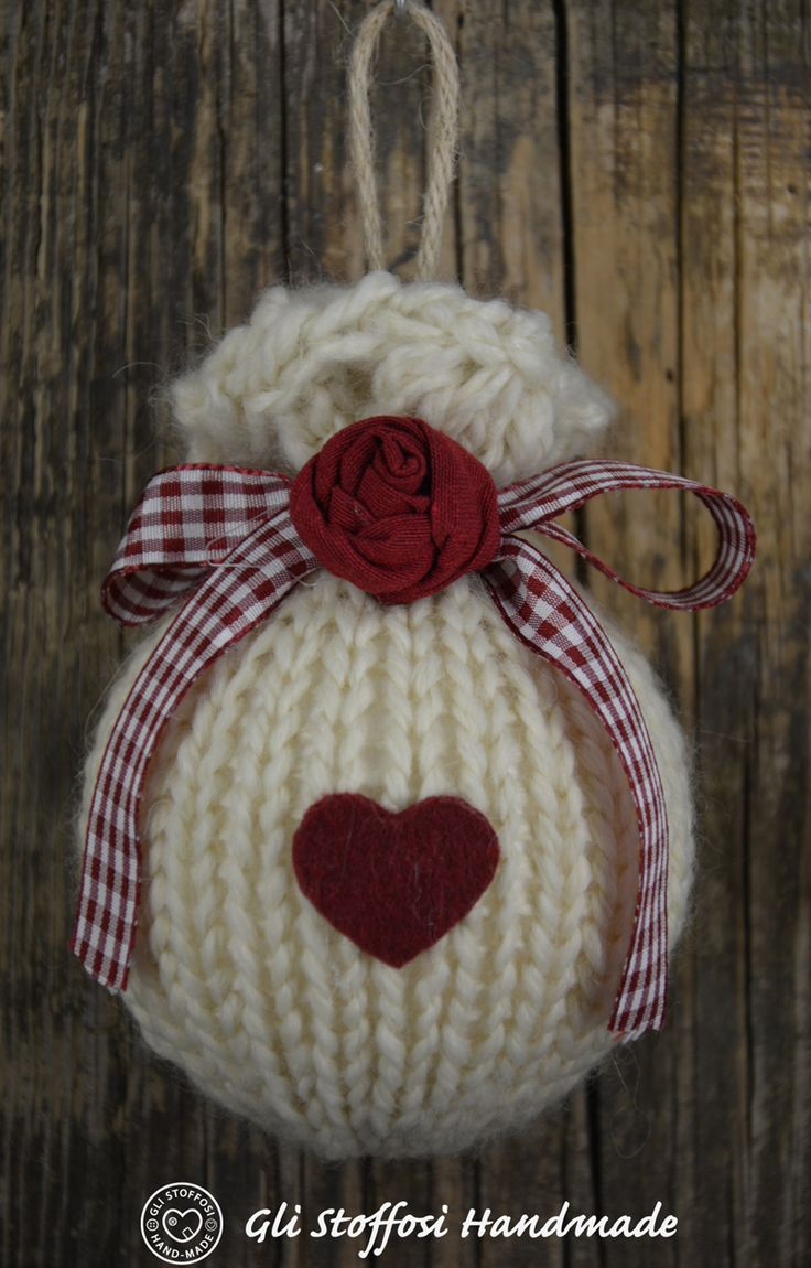 Palline di Natale fatte a maglia con roselline in tessuto e cuori in pannolenci e feltro, in stile country