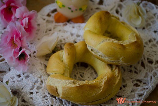 Taralli con uova e pepe sono dei sfiziosi finger food preparati con un impasto a base di uova, olio e pepe. Leggi la ricetta...