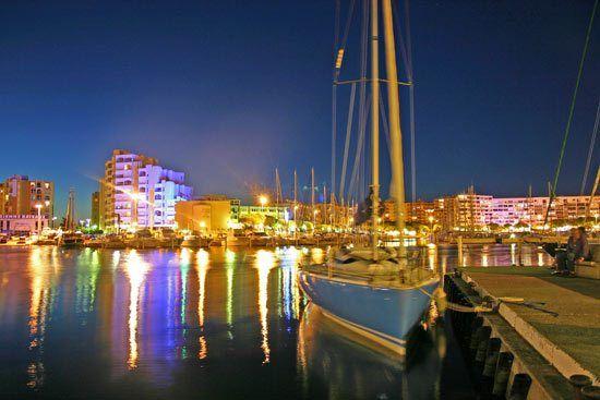 El puerto de Carnon sobre el Meditérraneo por la noche