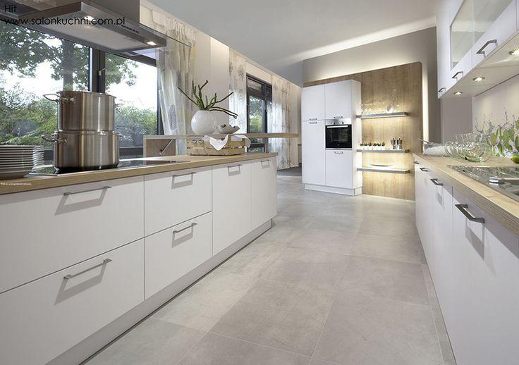 Studio Esse DREWNIANY BLAT W KUCHNI Wąska, długa kuchnia w odcieniach beżu i bieli. Połączenie drewnianych mebli z jasną marmurową posadzką.