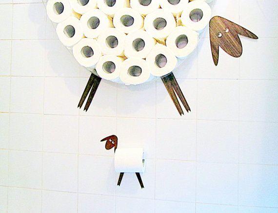 Mouton-étagère - un rangement de papier de toilette pour un grand nombre de rouleaux. Cette étagère vous permet de placer dans un moyen facile et joyeux un paquet entier de papier de toilette (30 rouleaux) sur un mur, libérant quelques précieux pieds carrés.  Mes moutons par lui-même est un très gentil mouton et devrait vous aider à trop se concentrer au bon endroit au bon moment sur quelque chose dimportant. Cette étagère est en général un bon cadeau pour le nouvel an, fête de chauffage de…