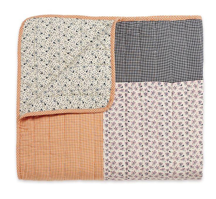 Diese schöne Decke mit Patchwork Print eignet sich perfekt als Überwurf fürs Bett, als Kuscheldecke auf dem Sofa oder auch als Krabbeldecke für die ganz Kleinen.