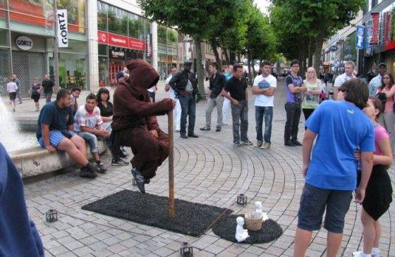 Zwevende straatartiesten of zijn het oplichters?