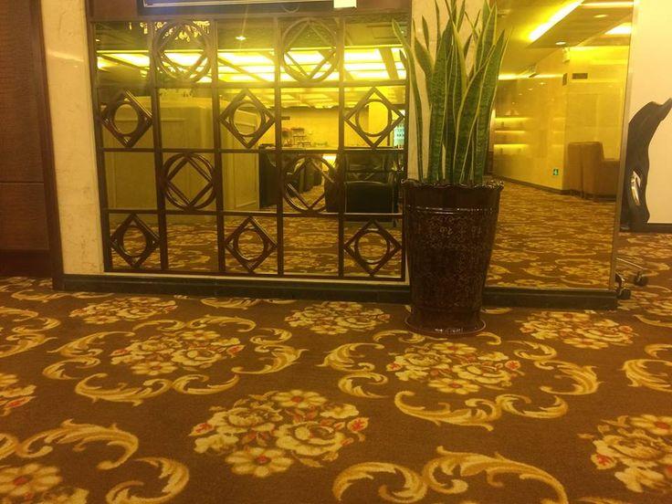 Зеркальные панели 4мм с полировкой. В проекте использовалось зеркало золото 4мм. Установка панели производилась с помощью скрытого крепежа в конструкцию