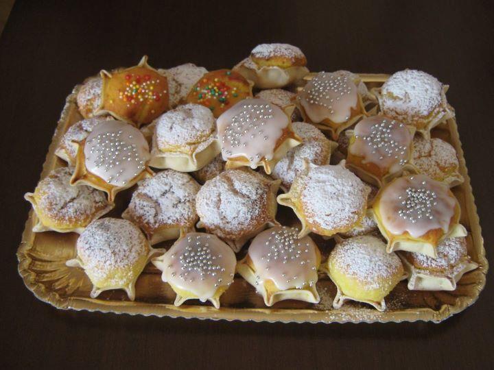 1 Kg di ricotta di pecora il più soda possibile, lasciatela nel colapasta per tutta la notte affinchè perda il siero. 180 g di zucchero, 200g di farina, 2 tuorli, 1 bustina di zafferano, buccia di limone e arancia grattugiati. Per la sfoglia: 350 g di farina , strutto o burro, acqua e poco sale. Per guarnire zucchero a velo, miele, traggera colorata e argentata.Ecco il procedimento : amalgami tutti gli ingredienti, prepari la pasta e la tiri in sfoglie sottili (sul 2) ricavi dei dischi di…