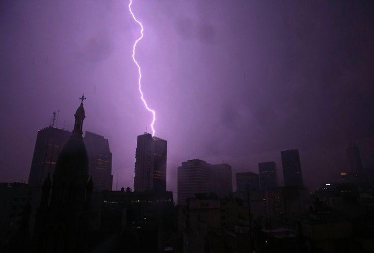 Un rayo cae sobre uno de los edificios del centro de Buenos Aires