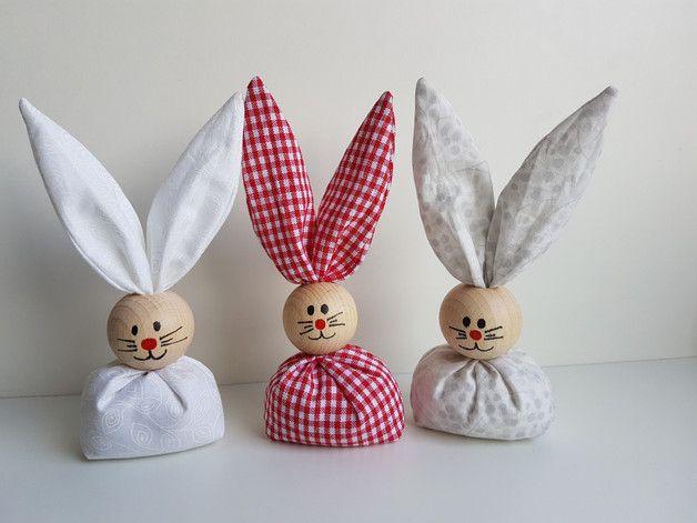 Ab sofort hoppeln sie wieder, unsere beliebten Osterhasen. ( viele neue Farben und Muster kommen noch ) Handgemachte Osterhasen aus Stoff und einer bemalten Holzkugel als...