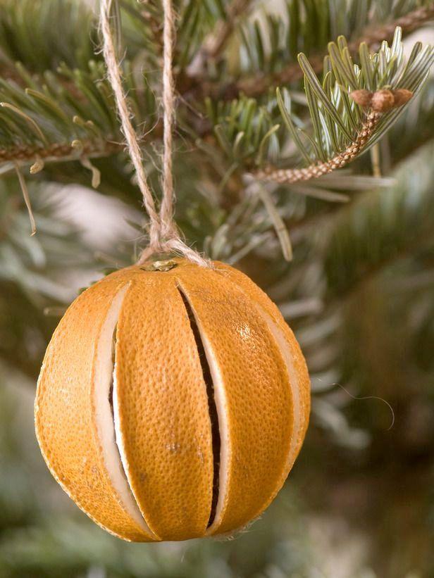 <p>Använd det du har hemma för att skapa julkänsla. Eller  gå ut i naturen  och hämta in. Granris, kottar, pepparkakor, apelsin, rosmarin och rönnbär blir till de  allra vackraste  och mest väldoftande juldekorationerna.</p>