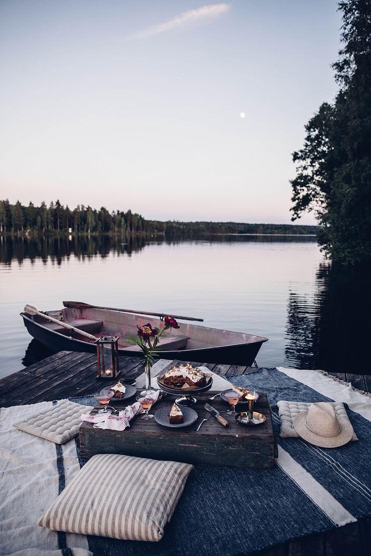 Mondpicknick in Schweden am See – & ein leckerer Rhabarber-Preiselbeer-Kuchen mit Baiser