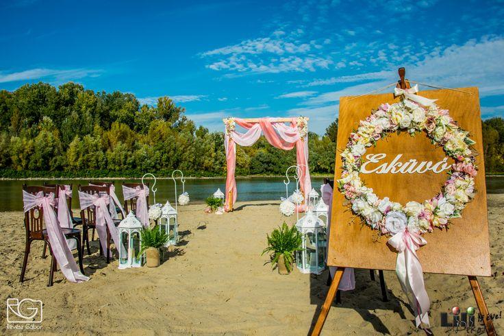 """A romantikus vízparti esküvőn a """"bejáratot"""" is egy romantikus  rózsakoszorú díszíti."""