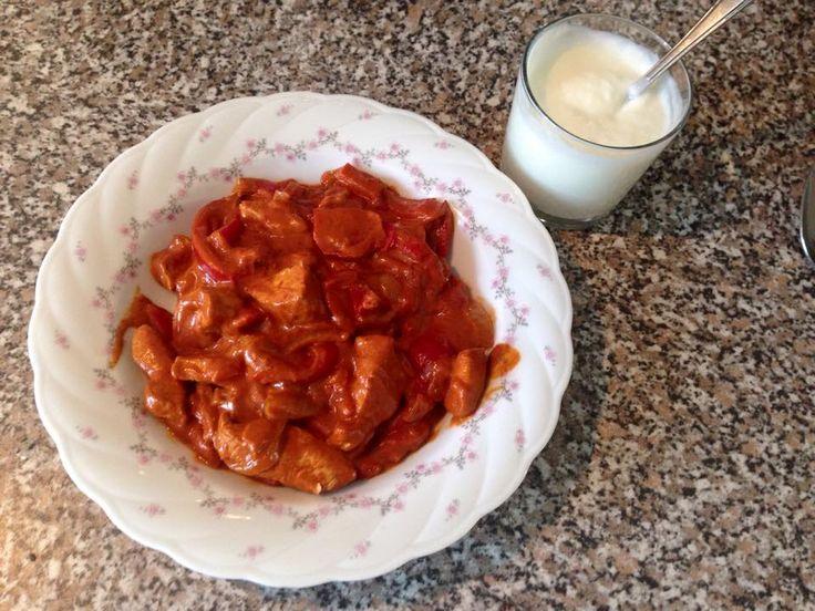 Paprika - Geschnetzeltes: Ich habe 2 Paprika und 1 große Zwiebel in Ringe geschnitten und sie in etwas Butter schmoren lassen, mit Paprikapulver gewürzt, die 2 geschnittenen Putenschnitzel dazugegeben, Rama Creme fine und einen Schluck passierte Tomaten dazu gegeben, noch etwas Süße dazu gerührt und einen klitzekleinen Schluck Branntweinessig dazu gegeben.  Im Nachhinein denke ich, etwas frische Kräuter würden auch gut passen.