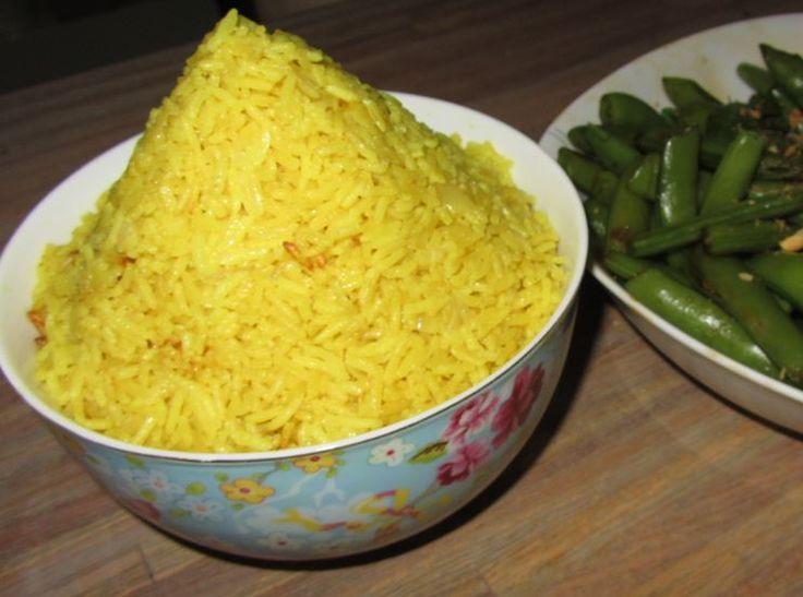 Gele rijst of chique Nasi Koening zoals het bij de Indo's heet, eet je eigenlijk alleen op speciale dagen. Feesten, overlijden, herdenking of een housewarming. Bij dat laatste maakte ik er voor het eerst echt kennis mee, mooi opgediend in een bananenblad met de bijgerechten erbij. Javaans preekje op de… Lees verder
