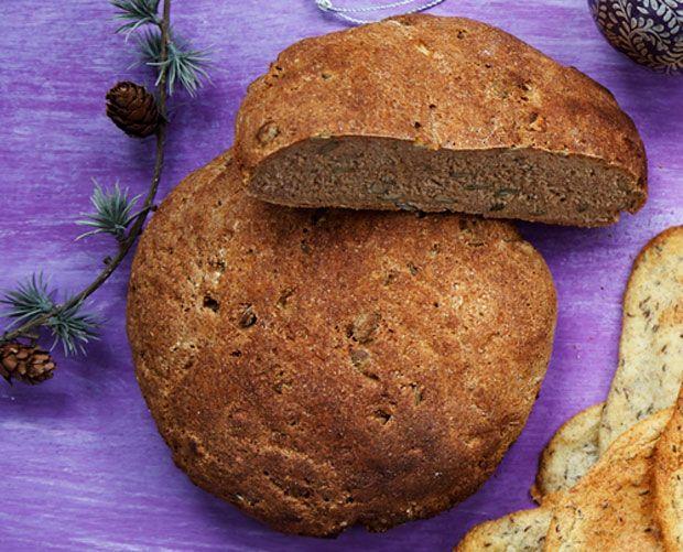 Nemt og lækkert hjemmelavet rugbrød, der ikke tager mere end 15 minutter at bikse sammen – så klarer hævningen resten.