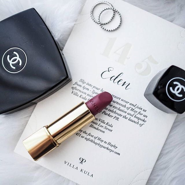 Such a beautiful shot by the lovely Eden of @edendefleur ft. her personalised invite to @hayleyparkerpr launch next month! Love this wine shade…