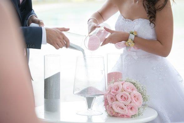 Rituel du sable durant une cérémonie laïque, by L'instant des mets. Sand ritual at laic ceremony #wedding #mariage