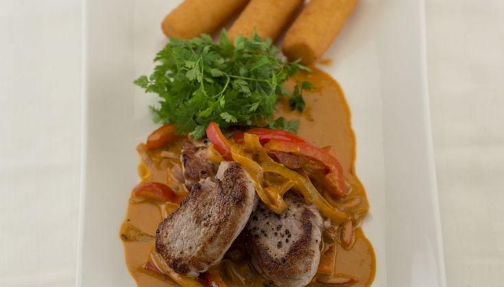Een recept op basis van de Lacroix wildfond, varkenshaasje, stroganoff en paprika. Een bordje dat bij elke gelegenheid, feestelijk of dagelijks, past.